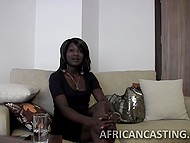Агент позадавал вопросы африканской красотке, а после намаслил её попку и пристроился сзади 5