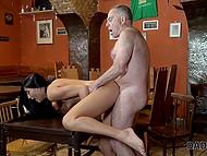 Старик воспользовался отсутствием пасынка, чтобы развести его худенькую девушку на секс в баре
