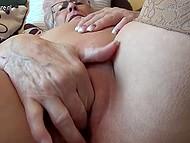 Старая дева с татуировкой на плече вывалила обвисшую грудь и приласкала дряблую пиздёнку 11