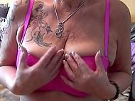 Старая дева с татуировкой на плече вывалила обвисшую грудь и приласкала дряблую пиздёнку 4