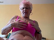 Старая дева с татуировкой на плече вывалила обвисшую грудь и приласкала дряблую пиздёнку 5