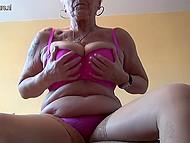 Старая дева с татуировкой на плече вывалила обвисшую грудь и приласкала дряблую пиздёнку 6