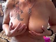 Старая дева с татуировкой на плече вывалила обвисшую грудь и приласкала дряблую пиздёнку 7