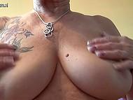 Старая дева с татуировкой на плече вывалила обвисшую грудь и приласкала дряблую пиздёнку 8