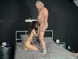 Молодая жена ничего не делает по дому и старикан намеревается расстаться с ней, но она быстро раздвигает ноги