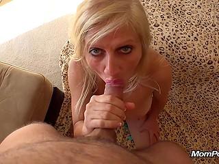Белокурая старушенция помнит все любимые позы в ебле и с удовольствием отсасывает порно агенту