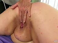 Седовласому мужику приходится постараться, чтобы удовлетворить огромную жирную суку 10