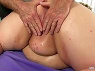 Седовласому мужику приходится постараться, чтобы удовлетворить огромную жирную суку 11