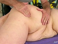 Седовласому мужику приходится постараться, чтобы удовлетворить огромную жирную суку 5