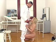 Миленькая девушка приходит к доктору на приём и не упускает возможности сделать ему минет