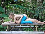 Мужик разорвал лосины на стройной девуле и оприходовал её на скамейке в саду 6