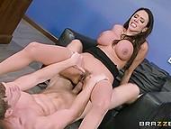 Директор брачного агентства Ariella Ferrera даёт молодому жеребцу трахнуть себя в задницу, вместо того чтобы заниматься клиенткой 8