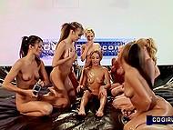 Девять задорных молодых девчонок со стройными телами раздеваются и обтираются маслом
