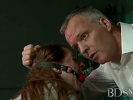 Галантный с виду мужик держит сисястую студенточку в клетке и выпускает исключительно ради ебли