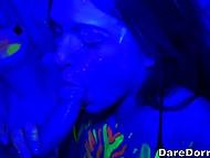 Обмазавшись флуоресцентной краской, студентки устроили оргию с одногруппниками 9