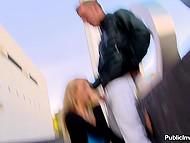Молодая блондинка вытащила мужика на свет, чтобы сделать ему экстремальный минет 10
