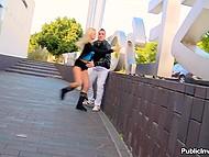 Молодая блондинка вытащила мужика на свет, чтобы сделать ему экстремальный минет 11