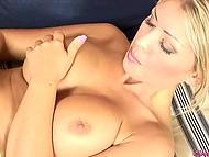 Возбуждённая женщина с большой грудью снимает с себя одежду и наведывается пальцами в киску 9