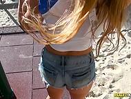 Под палящим солнцем девчонка, опускается на коленки и берёт член в ротик, а затем и в киску 4