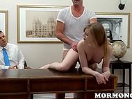 Будущий супруг с благоговением смотрит, как главный Мормон поёбывает его невинную невесту