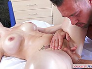 Muscular masseur gives proper attention to sweet cunny of experienced client during session