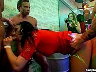 Ночной клуб - идеальное место для того, чтобы разгорячённые тёлки и парни устроили там групповуху