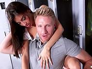 Парень становится свидетелем того, как девушки шалят с вибратором в раздевалка и начинает это снимать 10