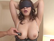 Милая Азиатка с красивой грудью Hinata Komine заводится от прикосновений вибраторов к эрогенным зонам