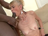 В молодости бабульке не удалось насладиться чёрным членом, так она наверстает упущенное
