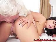Юная брюнетка и старая лесбиянка с белыми волосами отлизали друг дружке анальную щёлку
