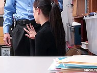 Брюнетка крадёт товар из магазина и минет охраннику помогает ей встать на путь исправления 6