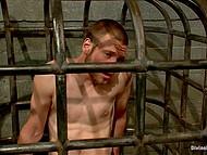 Мистресса Ashley Fires выпускает парня из клетки не из жалости, а чтобы поскакать на его пенисе 7