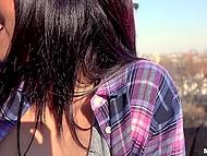 За хорошие деньги очкастая девка с красными губами может не только сиськи показать, но и взять за щёку 4