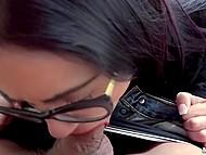 За хорошие деньги очкастая девка с красными губами может не только сиськи показать, но и взять за щёку 8