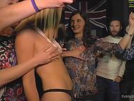 Женщина использует секси самочку с большими дойками и все посетители бара дают ей в рот 10