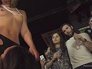 Женщина использует секси самочку с большими дойками и все посетители бара дают ей в рот 5