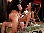 Азиатская порнозвезда Asa Akira трахнута режиссёром с набитым рукавом и его ассистентом