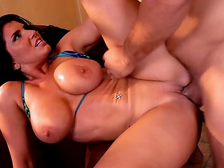 Порнозвезда разрешила другу со студии остаться у неё на ночь и заняться с ней сексом