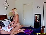 Блондинка приглашает посыльного в гости и трахается с ним на кровати, когда мужчина приходит
