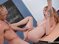 Рыжая учительница Lauren Phillips после уроков шалит с неуспевающим студентом