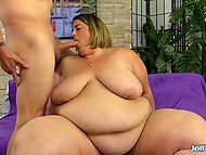 Woman Erin Green with extremely fat body shakes belly and fucker treats her mouth with cock