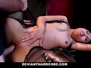 Беспощадный мужчина хлестает азиатку Cindy Starfall по пиздёнке и сиськам, после чего жёстко шпорит