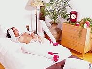 Привлекательная брюнетка в белом белье лежит на кровати и неспешно мастурбирует