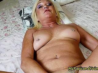Зрелая женщина во время летнего отпуска шалит в гостиничном номере с молодым партнёром