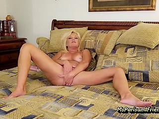 Блондинка с пирсингованными сосками начинает выходной день с мастурбации на кровати