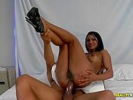 После анальной пежни классная бразильянка энергично работает рукой, чтобы ёбарь кончил на её грудь