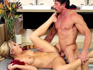 Атлетичный латиноамериканский красавец хочет жаркий секс вместо массажа и получает его