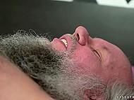 Седоволосый старец лежит на кровати, не зная чем себя занять, но приходит молодая жена и начинается пихач 5