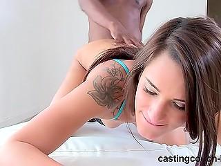 На порно кастинге миловидная девушка открывает прелести секса с чернокожим партнёром