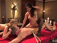Женщинам с красивыми сиськами нравится, как парень тихо лежит привязанный, и они мучают его